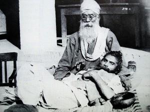 04-Bhagat-Puran-Singh-and-Piara-Singh-the-Garland-around-his-neck-1960s