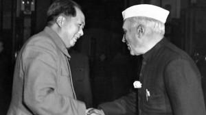 le-premier-ministre-indien-pandit-jawaharlal-nehru-sert-la-main-du-president-mao-zedong-le-12-octobre-1954-a-pekin_5398669