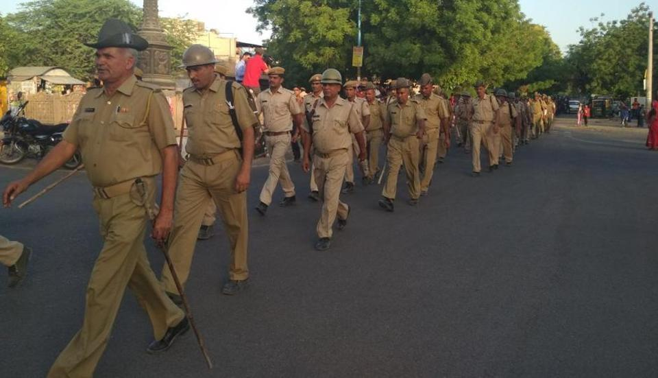 A flag march my Rajasthan police around the Jodhpur central jail Tuesday evening.(HTPHOTO)