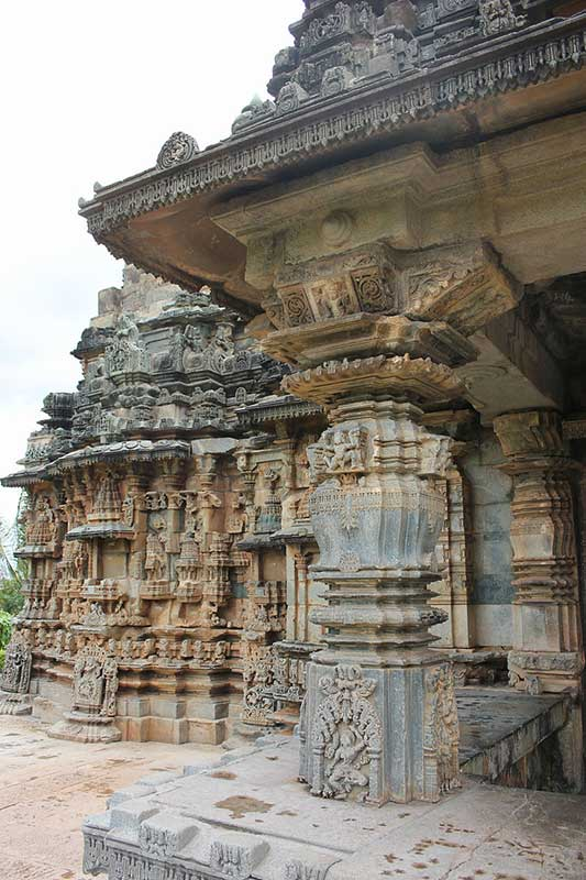 Profile_of_shrine_and_porch_in_Kalleshvara_temple_at_Hire_Hadagali
