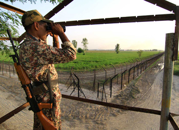 Blind vigil at Indo Pak Border : A BSF soldier at his post on the border with Pakistan in the Khemkaran sector in Punjab, India on 19/9/2010. Photo by Shailendra Pandey/Tehelka