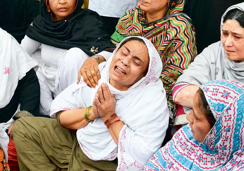 Shahnawaz's mother breaks down in the Walled City after hearing the news of her son's death