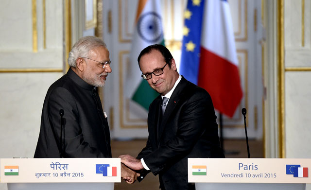 French President Francois Hollande (R) shakes hands with Prime Minister Narendra Modi after a joint statement at the Elysee palace in Paris. Modi said on April 10 he had asked France to supply his air force with 36 Rafale fighter jets, after years of wrangling over the deal. AFP Photo