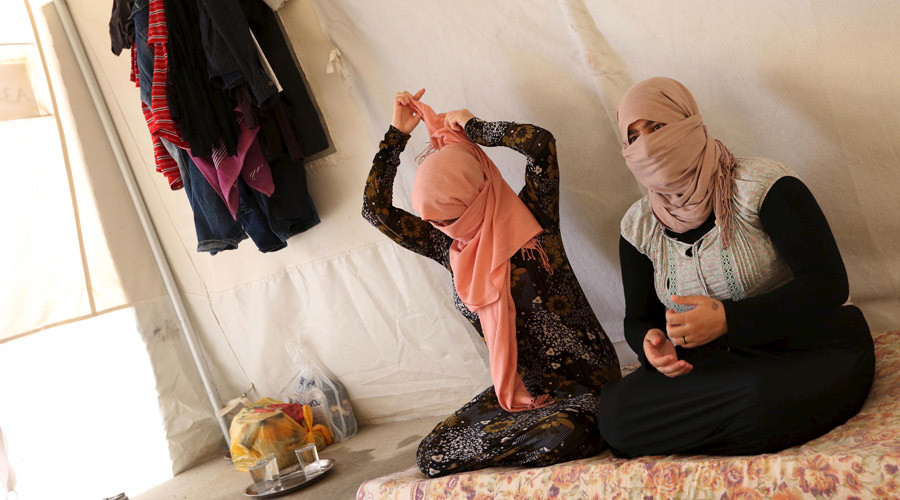 Yazidi sisters, who escaped from captivity by Islamic State (IS) militants, sit in a tent at Sharya refugee camp on the outskirts of Duhok province July 3, 2015 © Ari Jala / Reuters