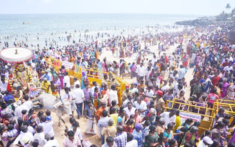 A large number of devotes thong the coast at Vaithikuppam in