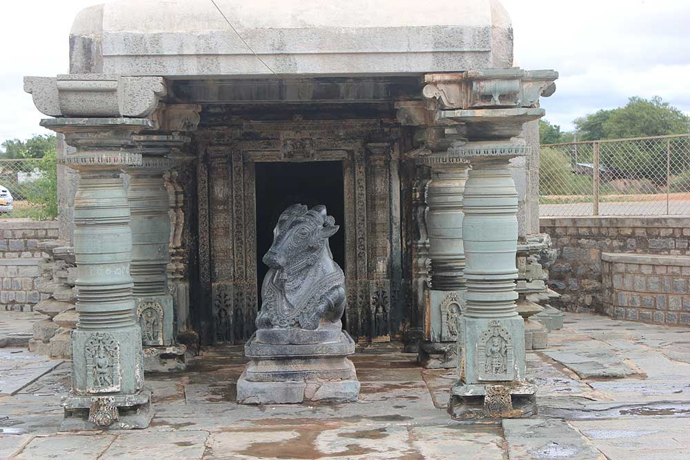 Nandimantapa_(bull's_hall)_in_Kalleshvara_temple_at_Hire_Hadagali